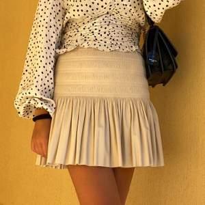 Superfin ljusrosa kjol i läderimitation, från Zara. Endast använd 1 gång.