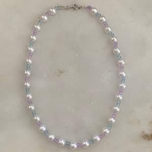 Ett jättefint halsband som jag gjort själv av olika pärlor🤩 69kr  (inkl frakt)⚡️ Har ett fäste där bak✨ Tillkommer i en fin liten påse😍 Kontakta mig vid frågor och intresse🥰