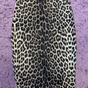 Knälång leopardkjol. Köpt för 4 år sedan kom aldrig till användning. Superbra skick och ganska tjock material.