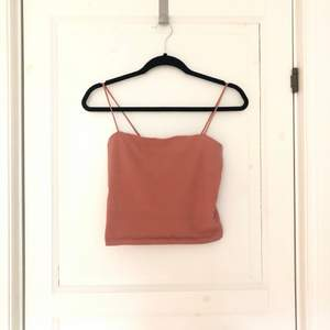 Croppat linne med rak skärning i en smutsrosa färg. Från bik bok.