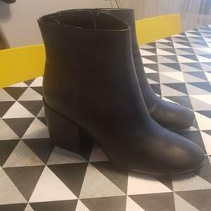 Oanvända boots / stövletter från Pull & bear. Strl 38