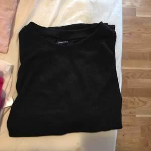 Ribbad svart T-shirt från Gina.