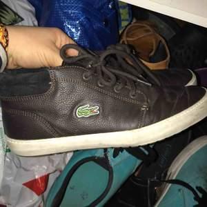 Ett par lite tjockare lite varmare skor från lacoste. Använd kanske 2 gånger  dammar av dom och fixar till dom innan dem skickas.