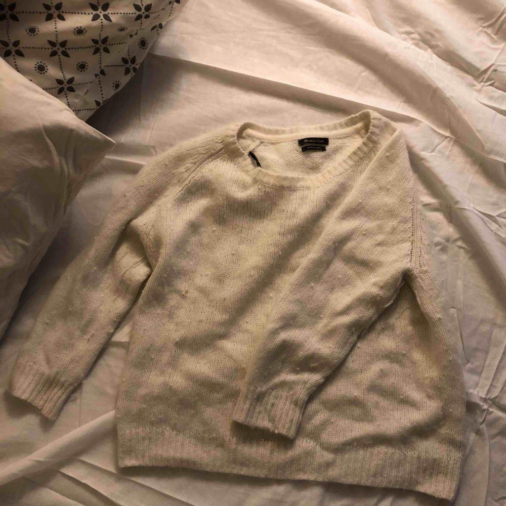 Vit stickad Massimo Dutti-tröja med små pärlor.  Skicka något i meddelanden om du vill veta något mer eller vill ha fler bilder☺️ köper står för frakt😇. Stickat.