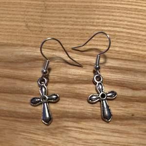 Hemmagjorda kors örhängen. Hängarna är nickelfria. Silverfärgade. Samfraktar Järna!