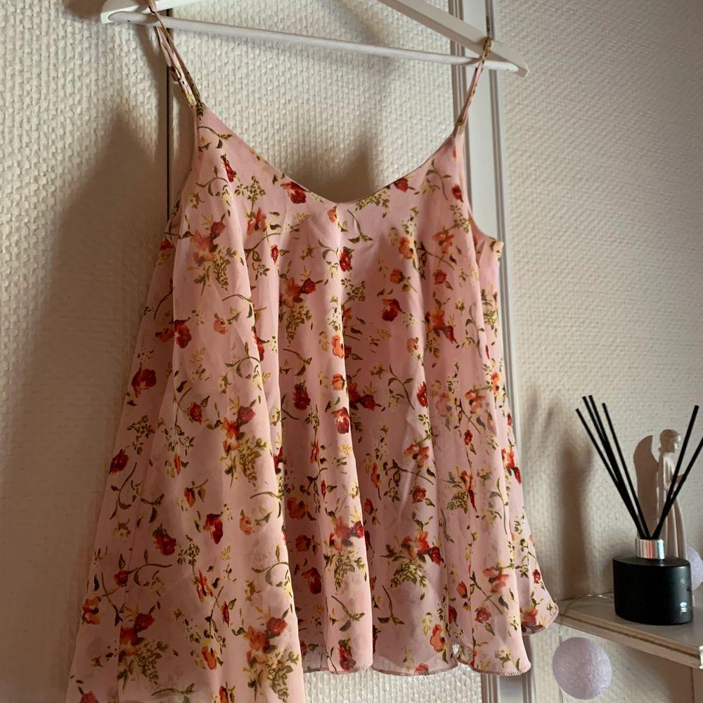 Säljer denna söta toppen/blusen i storlek 36💘 superfint skick! Kan skickas om köparen står för frakten på 66kr💞. Toppar.