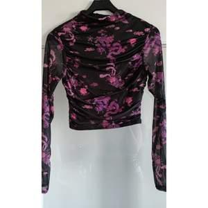Helt ny endast testad lila mesh topp i oriental print , extra tyg vid byst och mage/rygg . Passar medium - liten large. Storlek 40