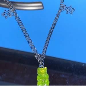 Ett halsband med en björnberlock i mitten! Man kan välja olika färger (lila, rosa, röd, gul och blå)