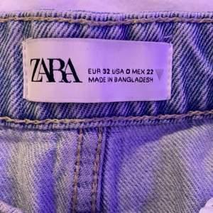 Ett par ljusblå jeansshorts från Zara, jättebra kvalitet och endast använda ett fåtal gånger❤️ budgivning i DM
