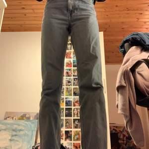 Högmidjade jeans från Weekday i modellen voyage. Sparsamt använda med unikaste lilla slitage som ni ser på tredje bilden. Säljer dem pga tycker inte de passar min passform så bra. Går alltid att försöka pruta;)