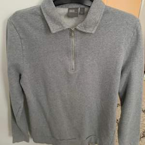 Grå tröja med krage, knappt ett halvår gammal och i bra skick, köpt på ASOS:)