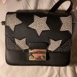 en fin liten väska från zara med stjärnor på, har ett långt band men kan vikas in så det blir kort :)