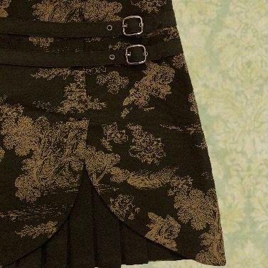 Supercool mörkgrön kjol med ljusgrönt mönster med fina detaljer!😊 Köparen står för frakten, ställ gärna frågor!!🥰. Kjolar.