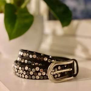 Snyggt bälte med massor av snygga diamanter som glittrar 😜 Har haft den länge men inte använd så mycket, har hållt väldigt bra! Någon enstaka diamant som har lossnat men det går knappt att se 😅 Mätte och den var ca 103cm runt om.