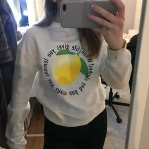 Säljer denna trendiga sweatshirten med tryck från Rut and circle. Använd väldigt få gånger och i storlek S. Köparen står för frakten!