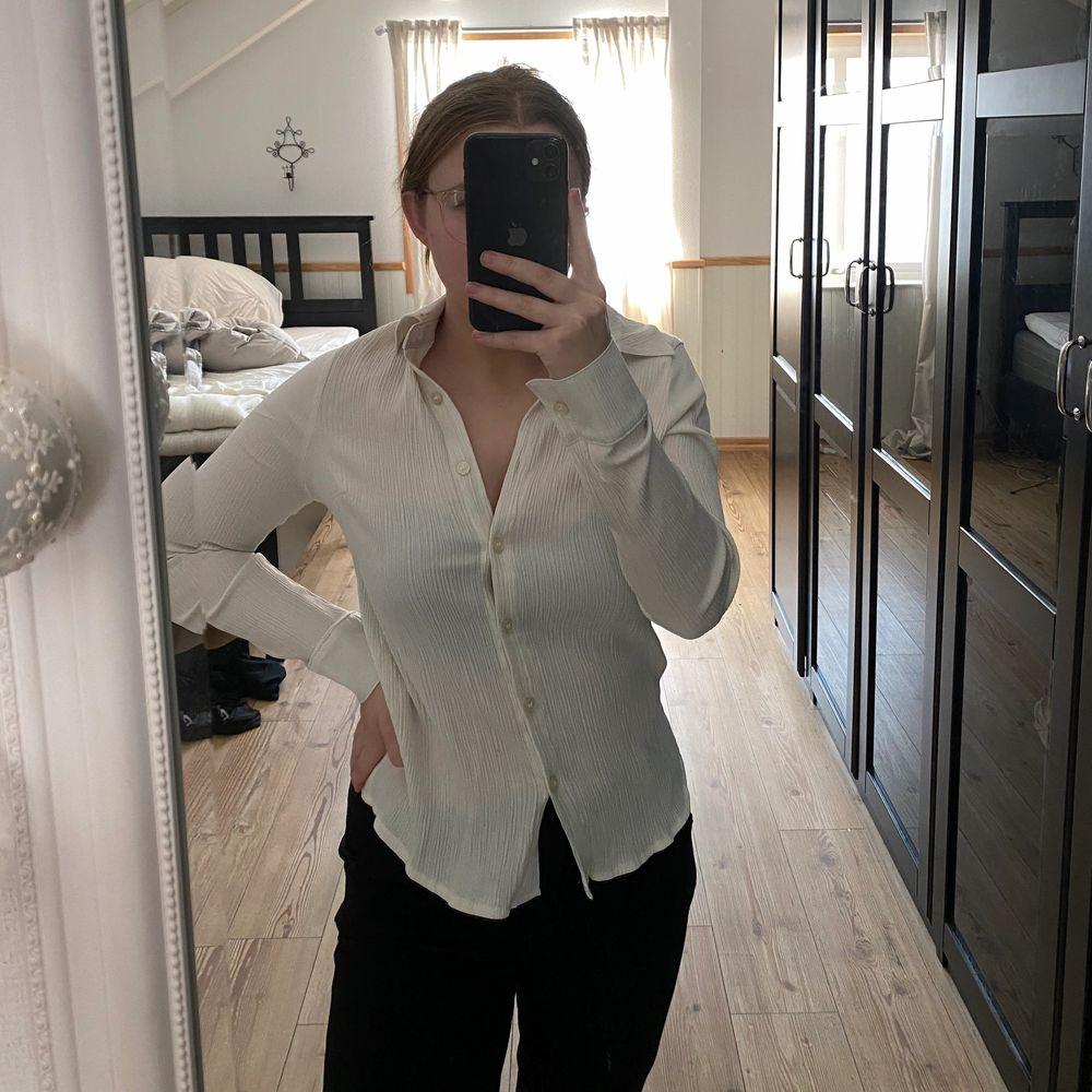 Ribbad skjorta från nakd, helt oanvänd så i nyskick!! PERFEKT beige. Skjortor.