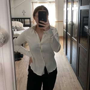 Ribbad skjorta från nakd, helt oanvänd så i nyskick!! PERFEKT beige