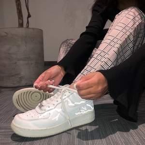 Supersnygga Nike AF1 sneakers med lysande reflexmotiv. Meddela vid intresse!