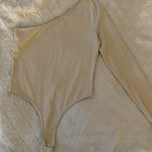 Säljer denna off sholuder body, aldrig kommit till användning och är därför som ny. Säljer för 70 kr (köparen står för frakten)