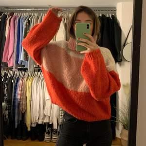 Trendig stickad oanvänd tröja i najs färger!! ✨ Oversized! Köpare står för frakt men kan också mötas upp i Linköping✨