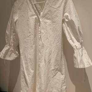 En jättefin skjortklänning endast använd 1 gång pga för liten!! 🌸🌸