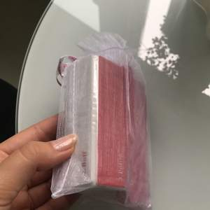 Nagelkit från Essie. Innehåller nagelfil med 4 olika sidor med olika filar, samt ram för att separera fingrar eller tår man ska fixa. Helt nytt. Frakt 11kr