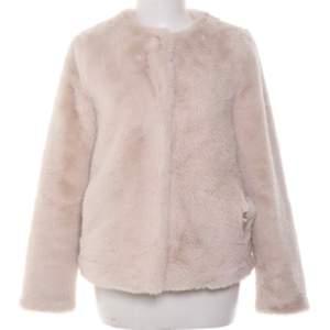 en rosa/beige pälsjacka från visual clothing project. storlek XS men passar även S. köpt för 1000kr säljs för 200kr. fler bilder kan skickas vid intresse. möts upp i stockholm annars står köpare för frakt💗