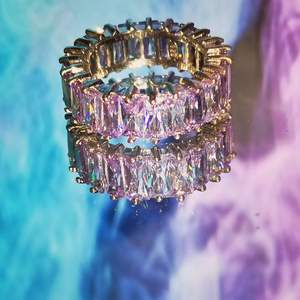 Jätte fin ring som tyvärr inte sitter så bra på just mig. Det är äkta stearlin silver 925 karat. Ganska dyr när jag köpte den men skit snygg 🥰💗
