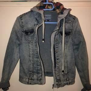 Jeans jacka med kapuschong