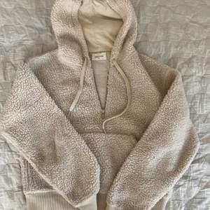 Fin hoodie i fårpälsliknande material i storlek Small.