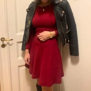Stickad klänning från franska märket Sandro. Köpt i Nice för ca 2.500kr. Den är inte klarröd utan lite mörkare. Perfekt till julafton!