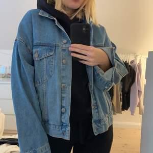 Säljer denna sjukt snygga och sjukt sköna overzize jeans jacka från pull and bear! Helt oanvänd! BUDA!!!