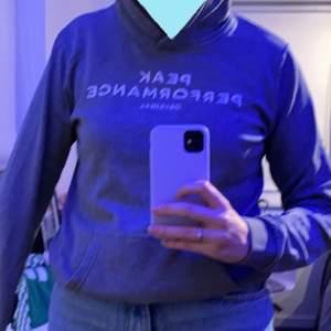 Jättefin äkta Peak Performance hoodie köpt på kidsbrandstore för ca 2år sen. Ganska använd men i väldigt bra skick. Köpare står för frakten. Kommentera om ni har några frågor❤️