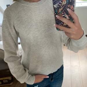 Grå, mysig sweatshirt från Bik Bok. Perfekt till hösten och vintern. Storlek XS.
