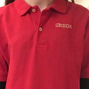 Röd piké t-shirt från kappa, köpt på humana❤️använd ett fåtal gånger, nyskick trots att den är från second hand!