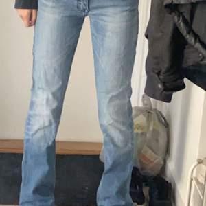 Säljer ett par lågmidjade jeans