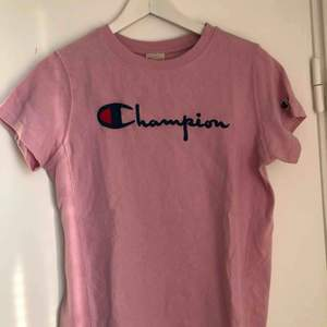 T-shirt från champion. Väldigt bra skick då den knappt är använd. Köparen står för frakten!