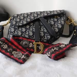 En stilren, ny och oanvänd Dior väska. AAA + kopia. Produkten har inga fläckar, skador, eller repor. Bra kvalitet! Snyggt strap och dustbag ingår.