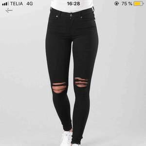 Lexy dr. Denim jeans med häl i knäna, använd 5 gånger så som nya. Kan ta mer bilder vid intresse☺️ Köpare står för eventuell frakt