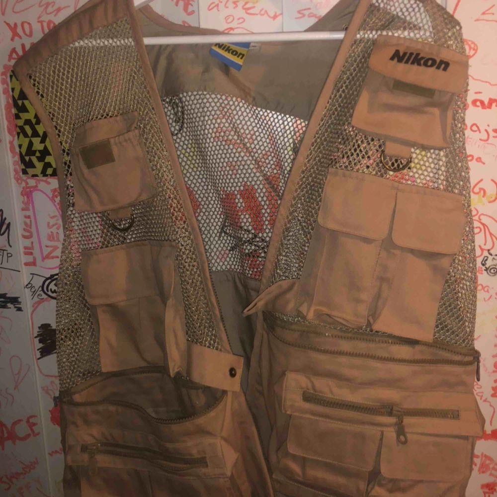 Fet nikon tactical mesh vest i storlek XL Har ett litet hål men syns verkligen inte. Jackor.