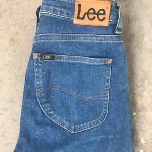Lee jeans i modellen Scarlett High. Mycket bra skick och fin passform. Både bekväma och snygga.