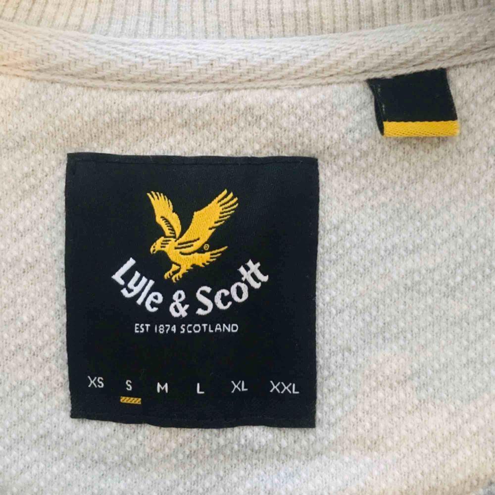 Lyle & Scott tröja. Aldrig använd. Helt ny. Kan mötas upp eller leverera till dörren ifall man bor nära kista.. Tröjor & Koftor.