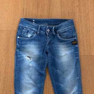 Jeans från G-star i storlek 26/30. Med slitningar och hål som var vid köpet. Fint men använt skick. Kan skickas (frakt tillkommer) eller mötas i Sthlm city. Hör av dig för fler bilder eller frågor. Se även mina övriga annonser!