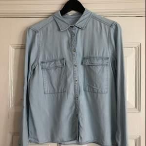 Jeansskjorta från Zara som endast är använd ett fåtal gånger.