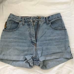 Armani vintage shorts. Jag bär W27 och de har passat bra på mig! Kan mötas upp i Uppsala, annats står köparen för frakt!✨