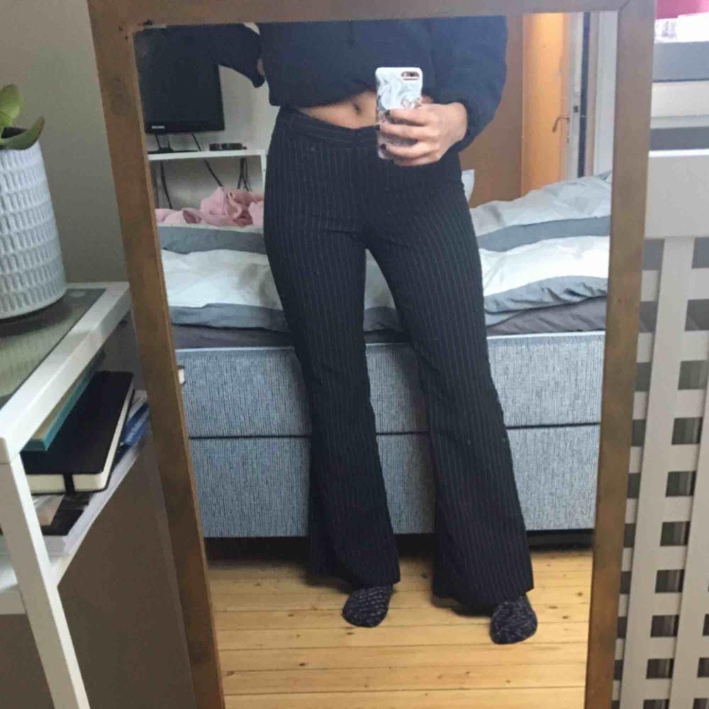 Säljer dessa kostymbyxor då jag inte är förtjust i lågmidjade byxor. Det är något som är fel med gylfen (se bild) men det syns inte när man har dem på sig. 🌟🌟 . Jeans & Byxor.