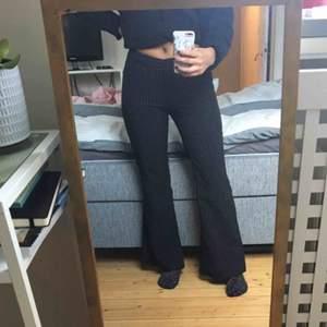 Säljer dessa kostymbyxor då jag inte är förtjust i lågmidjade byxor. Det är något som är fel med gylfen (se bild) men det syns inte när man har dem på sig. 🌟🌟