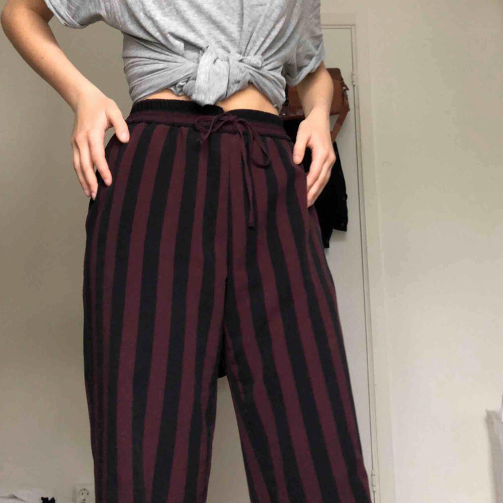 Världens skönaste byxor från Monki! Sparsamt använda och kostar 250 på hemsidan. Kan användas som hemmabyxor eller till lite mer dressy tillfällen. Möts upp i Uppsala eller fraktar mot fraktkostnaden 🌈. Jeans & Byxor.