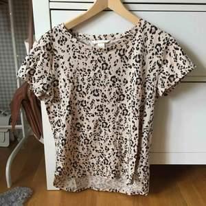 Fin t-shirt från hm. Använd mycket få gånger på grund av att den inte sitter bra på mig. Vanligt t-shirt tyg med leopard-tryck på.