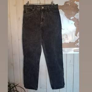 Supersnygga jeans från Monki, lite smått urtvättade i stilen. Aldrig använda, säljer pga att de är för små. Köptes för 400:-  köparen betalar frakt✨